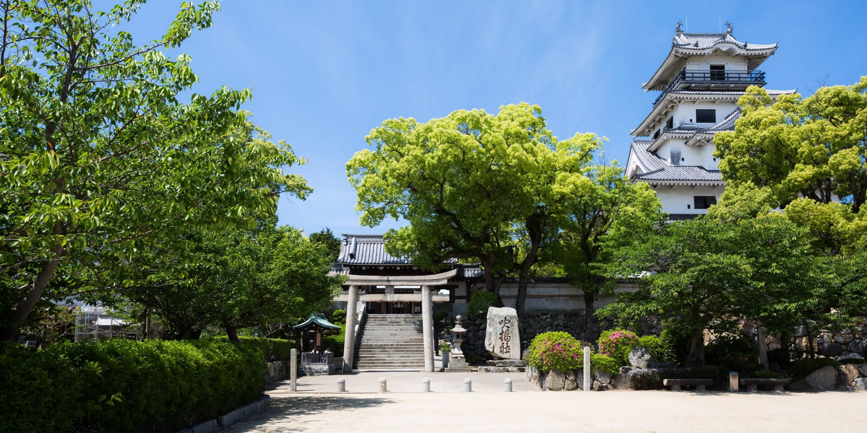 写真:今治城と吹揚神社の鳥居